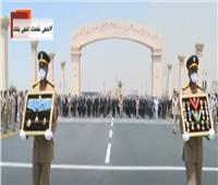 فيديو| في جنازة عسكرية.. حرس الشرف يستعرض نياشين الفريق محمد العصار