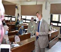 صور| رئيس جامعة عين شمس يتفقد امتحانات كليتي التجارة والآداب