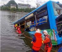 مصرع 21 شخصًا في حادث سقوط حافلة في بحيرة بالصين