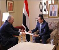 السفير أحمد فاروق يُسلم رئيس الحكومة اليمنية دعوة لزيارة القاهرة