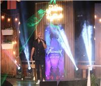 صور| محمود العسيلي يتالق أونلاين مع جمهوره في أولى حفلات «من البلكونة»