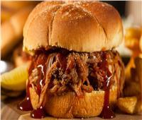 طبق اليوم.. «ساندوتش لحم البقر المدخن»