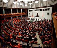 رغم التظاهرات الرافضة.. برلمان تركيا يقر قانونًا مثيرًا للجدل لنقابات المحامين