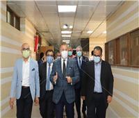 صور.. رئيس جامعة عين شمس يتفقد امتحانات الفرق النهائية بطب أسنان