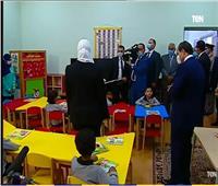 فيديو| «الرئيس الأب» ..السيسي يشاهد فقرة العرائس مع أطفال حي الأسمرات