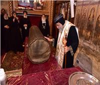 بمناسبة عيده.. البابا تواضروس يطيب جسد القديس الأنبا بيشوي