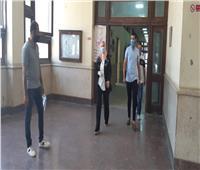 صور| عميد ألسن عين شمس تجري جولة تفقدية للجان في ثانى أيام الامتحانات