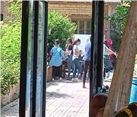 صور| التفتيش الذاتي وترك المتعلقات قبل دخول اللجان بمدرسة جمال عبد الناصر الثانوية