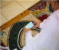 شاهد  الحجاج يحملون تطبيق مصحف المدينة النبوية بمسجد نمرة