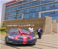بنك مصر يسلم سيارة للفائز في حملته لتشجيع استخدام البطاقات الائتمانية