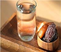 طبيبة توضح الحكمة من إفطار الصائم على التمر أوالماء