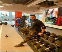 مدرب لياقة يقدم نصائح للسيدات لممارسة الرياضة في المنزل