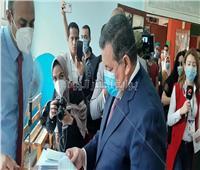 صور| لحظة وصول أسامة هيكل للإدلاء بصوته في انتخابات مجلس الشيوخ