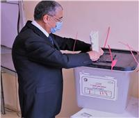 وزير الكهرباء يدلي بصوته في انتخابات مجلس الشيوخ بالعجوزة