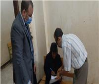 رئيس لجنة في أسيوط ينتقل لمسنة خارج اللجنة لتسهيل الإدلاء بصوتها