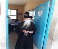 راعي كنيسة مارجرجس بسيدي سالم يدلي بصوته في الانتخابات
