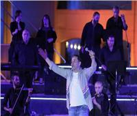 مدحت صالح يتألق بأيقونات من مشواره الفني على مسرح النافورة
