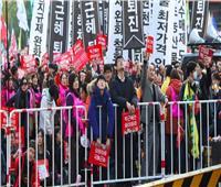 آلاف المحتجين بكوريا الجنوبية ينظمون مسيرة ضد رئيس البلاد