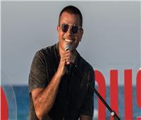 فيديو| عمرو دياب يواصل مفاجآته.. ويطرح «أماكن السهر» في السينما