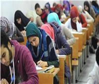 طلاب الثانوية العامة يؤدون الامتحان في الرياضيات البحتة