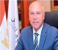 """""""الوزير"""" يتابع تنزيل13 عربة قطارات جديدة بميناء الإسكندرية"""