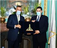 رئيس جامعة عين شمس يكرم د.عبد الناصر سنجاب لبلوغه سن التقاعد