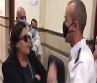 مراعاة لحالتها الصحية النفسية.. إخلاء سبيل المتهمة بالتعدي على ضابط بالمحكمة