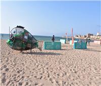 صور| 100 شاب وفتاة ينظفون شاطئ الأنفوشي من المخلفات البلاستيكية