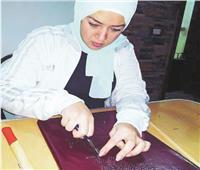 «روزة» أول مصرية تبدع فى الرسم بالمسامير