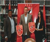 الخطيب يُهدي علم وقميص الأهلي لوفد نادي «سيمبا التنزاني»