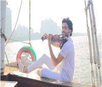 عازف البلكونة يعزف من أجل السلام بمشاركة عازفي العالم