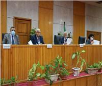 رئيس جامعة المنوفية يجتمع بعمداء الكليات ويعقد لجنة المختبرات والأجهزة العلمية