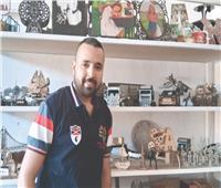 أحمد فتحي يحول قطع الخشب إلى مجسمات طبق الأصل