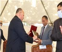 محافظ القاهرة يكرم عمال وقيادات هيئة النظافة