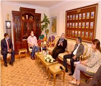 «القباج» ومحافظ أسيوط يبحثان مع رجال أعمال دعم برنامج «فرصة»