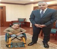 محافظ سوهاج يعيد الابتسامة لمواطن من ذوي الإعاقة