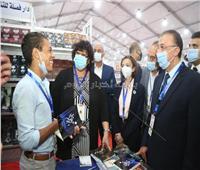 """""""أصغر روائي في مصر"""" يهدي وزيرة الثقافة روايته الجديدة"""
