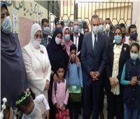 صور| محافظ كفر الشيخ يرافق نجلي شهيد سيناء للمدرسة
