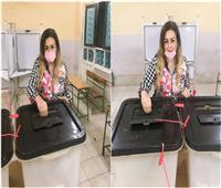«نهال عنبر» تدلي بصوتها في انتخابات «النواب»