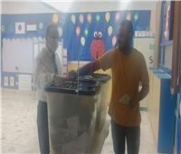 بالصور..إقبال كثيف لآخر لحظة بلجان الاقتراع فى مدرسة المصرية اليابانية بزايد