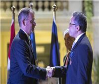منح وزير الآثار وزاهي حواس وسام الاستحقاق البولندي
