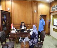نائب محافظ قنا يتسقبل المواطنين لبحث شكواهم والعمل على حلها