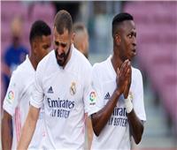 فيديو| «إنه يلعب ضدنا» .. بنزيما يطالب زملاءه بتجاهل فينيسيوس