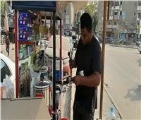 فيديو وصور| «الشغل مش عيب».. خريج ألسن يتحدى البطالة بعربة قهوة