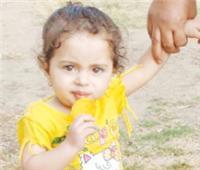بسيارة والدها.. تدهس طفلة  حتى الموت وهي بصحبة أمها