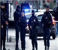 عاجل  الشرطة الفرنسية تسيطر على رجل هددهم بسكين