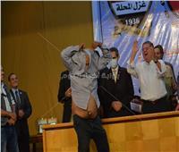 بالصور| كبير مشجعي غزل المحلة يخلع ملابسه لوزير قطاع الأعمال