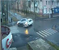رجل ينجو من الموت مرتين خلال ثوان بعد حادث سير