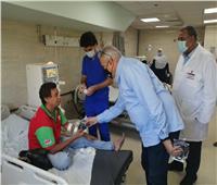 صور  رئيس مدينة الأقصر يوزع كمامات على مرضي المستشفى العام