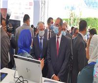 وزير الاتصالات يتفقد معرض الشركات الناشئة على هامش قمة «تكني»